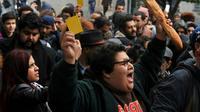 Des Tunisiens manifestent à Tunis contre la loi de finances de 2018, adressant un «carton jaune» au gouvernement, le 12 janvier 2018 [Sofiene HAMDAOUI / AFP]