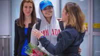 La jeune Saoudienne Rahaf Mohammed al-Qunun (au centre) accueillie à l'aéroport de Toronto, le samedi 12 janvier 2019, par la ministre canadienne des Affaires étrangères Chrystia Freeland (à droite) [Lars Hagberg / AFP]