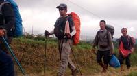 Photo fournie par l'armée indonésienne montrant des randonneurs descendant le mont Rinjani après y avoir été bloqués à la suite d'un puissant séisme, le 30 juillet 2018 [HANDOUT / INDONESIAN MILITARY/AFP]