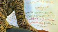 Une jeune fille exprime, le 13 mai 2003, son malaise sur un tableau prévu à cet effet dans la bibliothèque du centre Abadie de Bordeaux.  [Derrick Ceyrac / AFP/Archives]