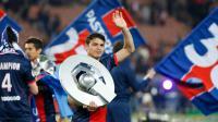 Le défenseur bréslien du PSG Thiago Silva brandit le trophée après la victoire du titre de Ligue 1 contre Montpellier Hérault SC le 17 mai 2014 au Parc des Princes à Paris [Thomas Samson / AFP/Archives]