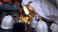 Photo fournie le 1er janvier 2019 par le ministère russe des Situations d'urgence, montrant le bébé retrouvé vivant sous les décombres d'un immeuble touché par une explosion de gaz à Magnitogorsk, dans l'Oural, en Russie [HO / RUSSIAN EMERGENCY SITUATIONS MINISTRY/AFP]