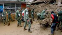 Des soldats mexicains aident à déblayer des maisons endommagées par les glissements de terrains provoquées par les pluies de la tempête Earl, dans la région de Xalapa dans l'Etat de Veracruz au Mexique, le 06 août 2016 [EDUARDO MURILLO / AFP]