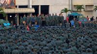 Le président vénézuelien Nicolas Maduro prononce un discours devant des soldats rassemblés au camp militaire de Fuerte Tiuna, à Caracas, le 2 mai 2019. Photo publiée par le service de presse de la présidence  [HO / Presidency/JHONN ZERPA/AFP]