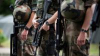 """Des soldats français de """"Operation en arme à Vincennes, près de Paris,le 25 juillet 2016 [IAN LANGSDON / POOL/AFP/Archives]"""