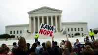 Des opposants à la nomination du juge Brett Kavanaugh manifestent devant le bâtiment de la Cour suprême américaine à Washington le 27 septembre 2018 [Jose Luis Magana / AFP]