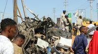 Débris après l'explosion d'une voiture piégée à Mogadiscio le 28 décembre 2019 [Abdirazak Hussein FARAH / AFP]