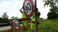 Remplacement le 29 juin 2018 des panneaux de signalisation avant la limitation à 80 km/h  [SEBASTIEN BOZON / AFP]