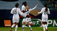 L'attaquante de la France Viviane Asseyi félicitée après avoir ouvert le score lors de la victoire sur l'Uruguay 5-0 à Tours en match amical le 4 mars 2019 [GUILLAUME SOUVANT / AFP]