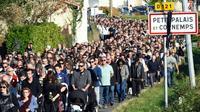 Des milliers de personnes participent à une marche en mémoire des victimes de la collision de Puisseguin, le 25 octobre 2015 à Petit-Palais-et-Cornemps [MEHDI FEDOUACH / AFP]