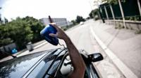 Les faux policiers procèdent parfois à des contrôles routiers pour dépouiller les automobilistes de leurs biens ou de leur véhicule.