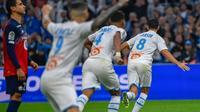 Le milieu de l'OM Morgan Sanson (d) ouvre la marque contre Lille le 2 novembre 2019 à Marseille [Christophe SIMON / AFP]