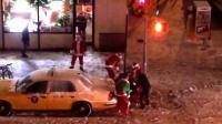 Une bagarre de Pères Noël à New York le 14 décembre 2013