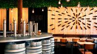 Les clients du Bar Fondamental sont reçus dans un espace chaleureux au 6, rue André Antoine, au coeur de Pigalle.