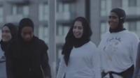 Les basketteuses présentes dans la vidéo promotionnelle sont membres des Hijabi Ballers.