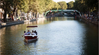 Quinze bateaux sans permis peuvent être loués sur le bassin de la Villette, à Paris.