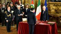 Le Premier ministre italien,  Giuseppe Conte (de dos) face président, Sergio Mattarella, lors de sa prestation de serment le 1er juin 2018 à Rome [Alberto PIZZOLI / AFP]