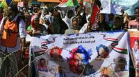 Des Soudanais sont rassemblés le 30 décembre 2019 devant un tribunal à Omdourman, près de Khartoum, où étaient jugés des membres des services de renseignements pour la mort d'un manifestant [ASHRAF SHAZLY / AFP]
