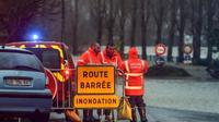 Des pompiers bloquent l'accès à une route inondée, le 13 décembre 2019 à Peyrehorade, dans les Landes [GAIZKA IROZ / AFP]