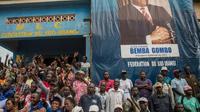 Des partisans de Jean-Pierre Bemba sont rassemblés devant son parti, le MLC, à Gemena, fief familial de l'ancien chef de guerre, le 30 juillet 2018 [Junior D. KANNAH / AFP]