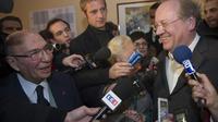 L'ancien maire de Corbeil-Essonnes Serge Dassault (G) s'entretient avec le maire réélu de la ville Jean-Pierre Bechter (D), le 12 décembre 2010 [Bertrand Langlois / AFP/Archives]