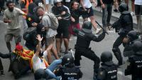 Heurts entre manifestants et policiers, le 14 octobre 2019 devant l'aéroport El Prat de Barcelone [LLUIS GENE / AFP]