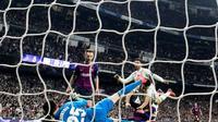 Le milieu de terrain du FC Barcelone Ivan Rakitic (c) buteur lors de la victoire sur le Real Madrid au stade Santiago Bernabeu le 2 mars 2019 [JAVIER SORIANO / AFP]