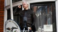 Le fondateur de WikiLeaks Julian Assange au balcon de l'ambassade d'Equateur à Londres, le 29 mai 2017 [Justin TALLIS / AFP/Archives]