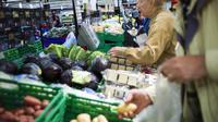 Des clients dans un supermarché [Fred Dufour / AFP/Archives]