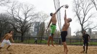 Des gens jouent au volleyball à Central Park, à New York le 24 décembre 2015 [DON EMMERT / AFP]
