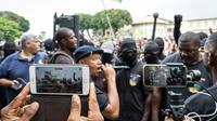 """Des membres du collectif des """"500 frères"""" manifestent le 7 avril 2017 devant la préfecture de Cayenne en Guyane [jody amiet / AFP/Archives]"""