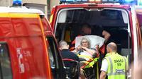 Une victime de l'explosion d'un colis piégé prise en charge par les secours, à Lyon, le 24 mai 2019 [PHILIPPE DESMAZES / AFP]