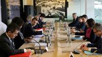 Réunion, autour du président Emmanuel Macron, des ministres concernés par les JO et des responsables olympiques, dont Tony Estanguet, à l'inauguration du site de Paris 2024 à Saint-Denis, le 27 février 2018 [LUDOVIC MARIN / POOL/AFP/Archives]