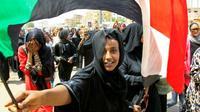 Des manifestants fêtent l'annonce d'un accord entre militaires et meneurs de la contestation au Soudan, le 4 août 2019 à Khartoum [Ebrahim HAMID / AFP/Archives]
