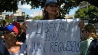 """Des opposants manifestent le 11 août 2018 à Caracas, au Venezuela, pour réclamer la libération du député d'opposition Juan Requesens, arrêté sous l'accusation d'avoir soutenu """"l'attentat"""" contre le président Maduro [Federico PARRA / AFP]"""