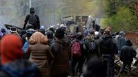 Des manifestants derrière  des barricades font face aux forces de l'ordre dans la ZAD de Notre-Dame-des-Landes, le 14 avril 2018 [GUILLAUME SOUVANT / AFP]