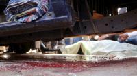 Du sang sur les lieux où quatre policiers ont été tués par des hommes masqués sur une moto au sud du Caire, le 28 novembre 2015 [STR / AFP]