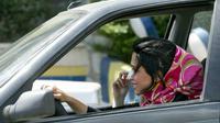 De nombreuses iraniennes retirent une partie de leurs voiles pour conduire.