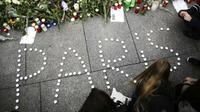 Les hommages de simples anonymes se multiplient dans le monde entier depuis les attaques de vendredi soir.