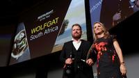 Le chef sud-africain Kobus Van der Merwe dont le restaurant Wolfgat a été désigné meilleur restaurant de l'année par le nouveau classement World Restaurant Awards à Paris, le 18 février 2019 [Thomas SAMSON / AFP]