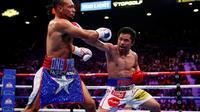 La légende philippine de la boxe Manny Pacquiao (d) face à l'Américain Keith Thurman pour la couronne WBA des welters, le 20 juillet 2019 à Las Vegas [Steve Marcus / Getty/AFP]