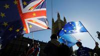 Des drapeaux sont agités lors d'une manifestation anti-Brexit à Londres le 9 octobre 2018 [Tolga AKMEN / AFP/Archives]