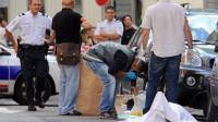 Experts et policiers autour du corps de l'homme abattu par un bijoutier le 11 septembre 2013 à Nice