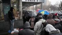 Des immigrés illégaux font la queue devant la préfecture de Seine-Saint-Denis, le 3 décembre 2012 pour tenter de régulariser leurs papiers [Jacques Demarthon / AFP/Archives]