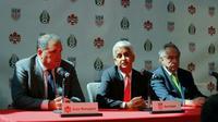 Le président de la Fédération canadienne de football Victor Montagliani, celui de celle des Etats-Unis Sunil Gulati et celui de celle du Mexique Decio de Maria lors d'une conférence de presse le 10 avril 2017 à New York [KENA BETANCUR / AFP]