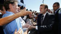 Le président Emmanuel Macron sur le futur site de la voile olympique aux JO-2024, le 21 septembre 2017 à Marseille [JEAN-PAUL PELISSIER / POOL/AFP]
