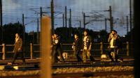 Des migrants sur la voie ferrée le 10 août 2015 à la gare de Calais-Frethun [FRANCOIS LO PRESTI / AFP/Archives]