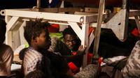 Photo prise et fournie le 25 juin 2018 par l'ONG allemande Mission Lifeline montrant des migrants à bord du navire humanitaire Lifeline au large de Malte  [Felix Weiss / Mission Lifeline e. V./AFP]