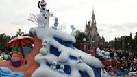 Olaf, ici en statue à Disneyland à Tokyo, a fait fondre le coeur des enfants [TOSHIFUMI KITAMURA / AFP/Archives]
