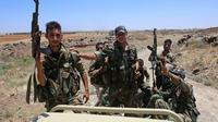 Des combattants prorégime en Syrie à bord d'un pick-up durant une tournée guidée dans le village al-Soura, dans la province de Deraa (sud), le 29 juin 2018  [Youssef KARWASHAN / AFP]